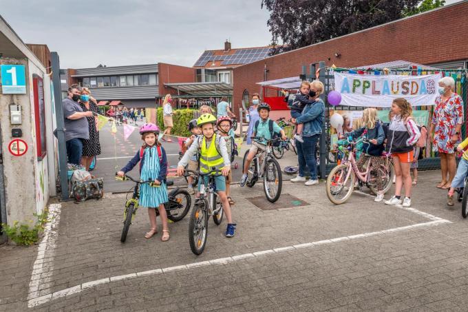 De fietsende leerlingen van 't Nieuwland werden getrakteerd op een hartelijk applaus.©WMe by Wouter Meeus foto WME