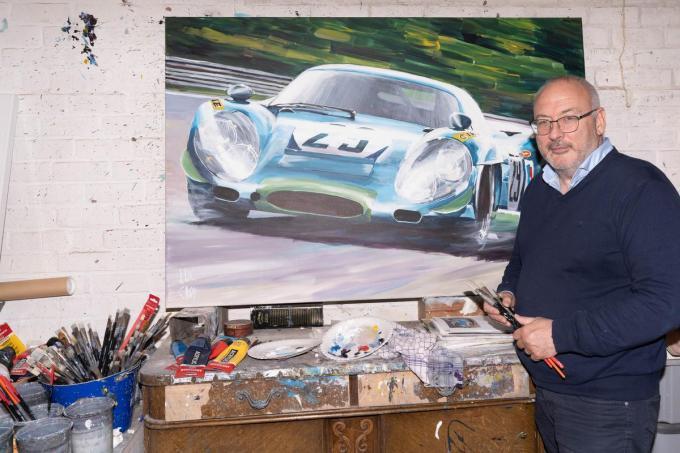 """Luc Crop bij een van zijn schilderwerken: """"De interesse voor tekenen en auto's zit er al van jongsaf in.""""© LC"""