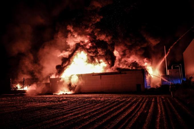Het gebouw, met de kantoren én de nieuwe zomercollectie, werd helemaal verwoest door het vuur.© CLL