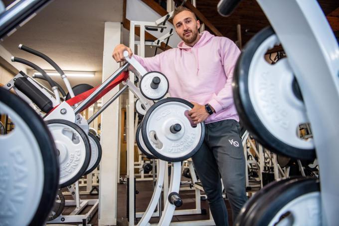 """Jan Vanhulle bij een van de nieuwe toestellen in Isogym. """"Tijdens de lockdown brachten we ook roze sweaters op de markt. Die gingen verbazend vlot de deur uit bij al die stoere mannen.""""©Frank Meurisse Frank Meurisse"""