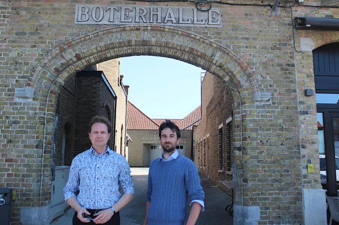 Kurt Vanlerberghe en Koen Coupillie voor de ingang van de Boterhalle. (foto ACK)©type=