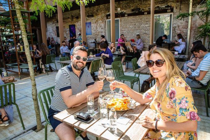 De West-Vlaming kijkt er het meest naar uit om langer (en binnen) op café op restaurant te zitten, meer mensen thuis te ontvangen en evenementen bij te wonen.©Davy Coghe Davy Coghe