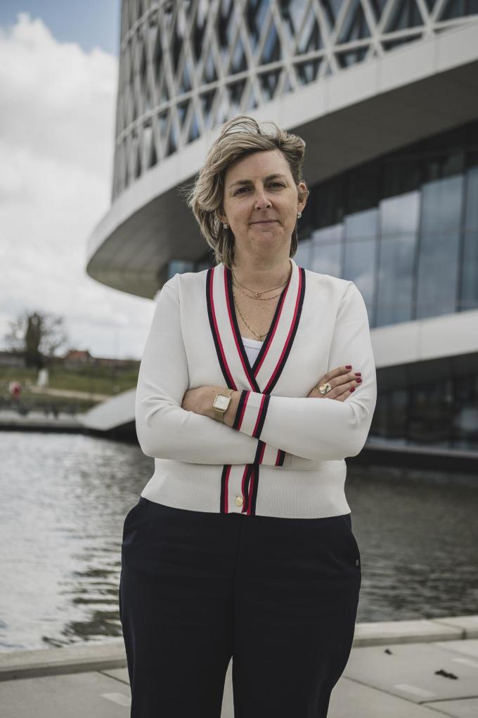 """Inge Govaerts, communicatiemanager bij Barco: """"Het verplichte telewerk heeft onze typische Barco-vibes uit het gebouw gezogen.""""© Olaf Verhaeghe"""