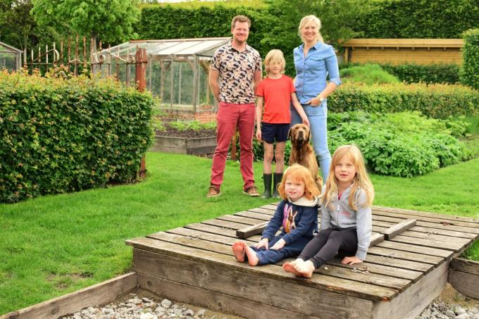 In de tuin van Tijs Demyttenaere, hier samen met zijn vrouw Carmen Boone en kinderen Elias, Anna en Babette, valt er heel wat te ontdekken. (foto ZB)©zenon bekaert beselare