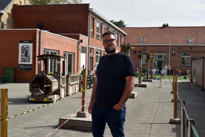 """Directeur Stijn Dujardin op de speelplaats van de vestiging aan de Capucienenstraat: """"De vernieuwingen zijn meer dan noodzakelijk."""" (foto EG)"""