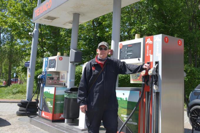 """Eddy de Vos in zijn Texaco tankstation: """"Met regen en wind blijven de mensen lekker in de wagen terwijl wij de brandstoftank met veel liefde vullen.""""© DM"""