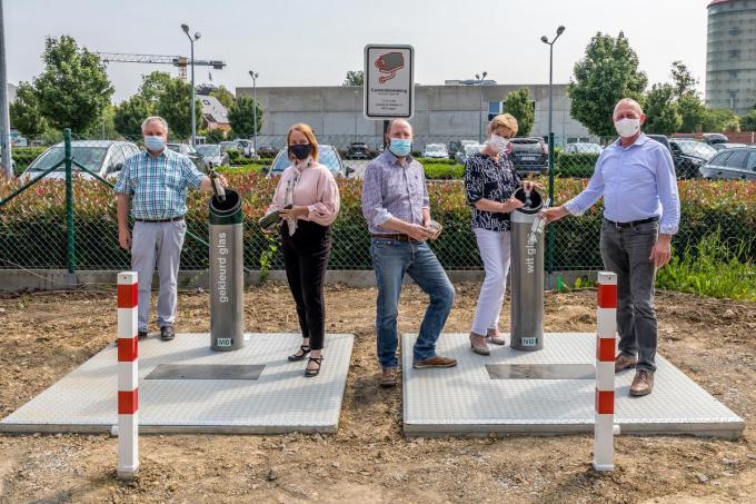 Danny Bossuyt (IVIO), Cindy Coucke (waarnemend algemeen directeur IVIO), Jan De Craemer (milieuambtenaar stad Tielt) en schepenen Roos Tack en Joris vande Vyvere geven het goede voorbeeld.©WMe by Wouter Meeus WMe by Wouter Meeus