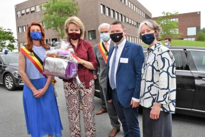 Koningin Mathilde met van links naar rechts burgemeester Ruth Vandenberghe, gouverneur Carl Decaluwé en Vives-directeurs Joris Hindryckx en Nancy Boucquez.© Ludo Ostijn
