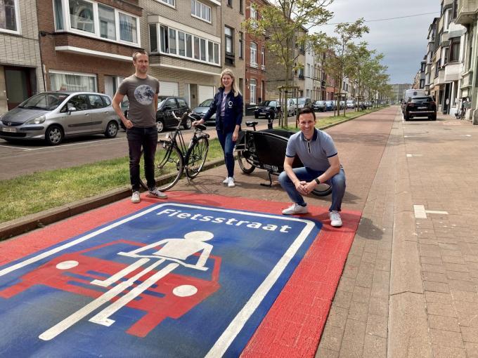 Fietsambtenaar Kevin Jonckheere, mobiliteitsambtenaar Joyce David en schepen Björn Anseeuw in de fietsstraat in de Leffingestraat.© GLO