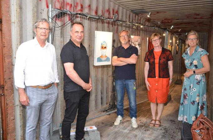 Schepen Johan Bossuyt, burgemeester Francis Benoit, cartoonist O-Sekoer, Annie Messely van de Koninklijke Kunstkring Evariste Carpentier en Nancy Parmentier van het Braderiecomité.© BRU