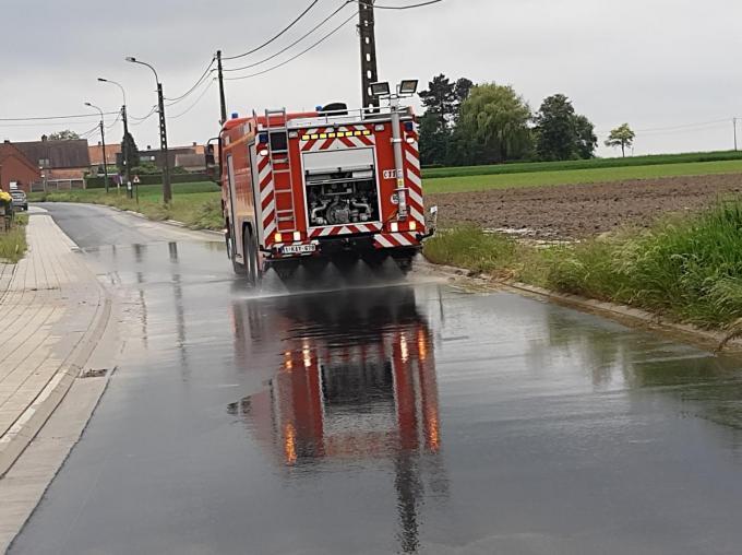 De brandweer moest het wegdek ruimen.© foto BF