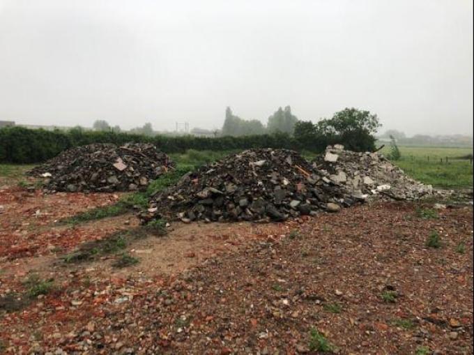 Op de bouwgrond werd een hele hoop puin achtergelaten.© foto Facebook BTH Boxing Team Houtland