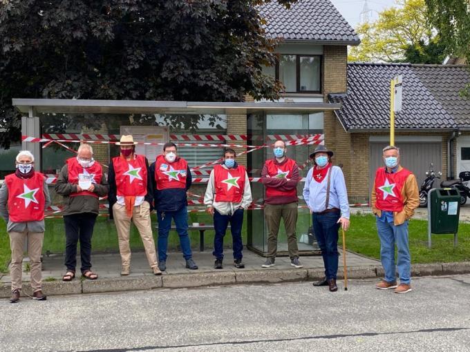 De leden van PVDA Brugge die een bushalte afsloten.