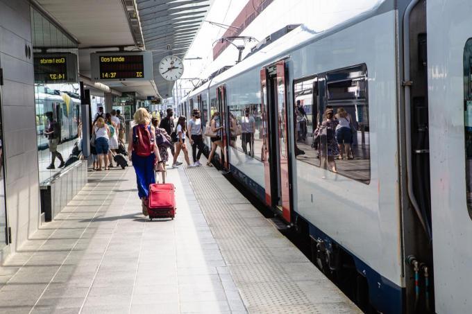Er wordt geëxperimenteerd met reservaties voor treintickets naar en van de kust.© Davy Coghe