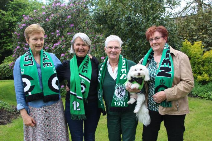 Voorzitter Aurora Costenoble met haar hond Pruts geflankeerd door gewezen speelsters Bea Van Nuffel en Marleen Verhoye en rechts Simonne Fockaert.© ACR
