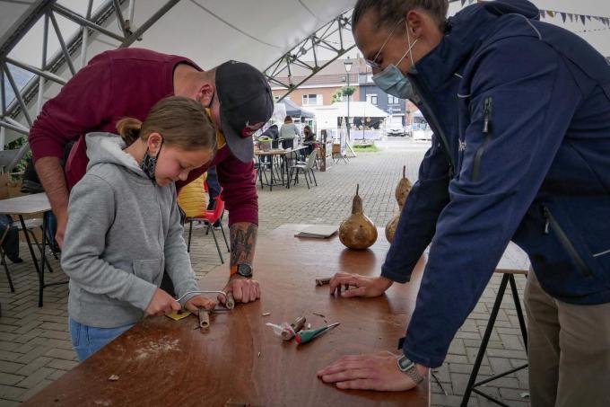 De kinderen leren in workshops afval te verwerken tot een nieuw product, zoals deze Kazoo.© CLL