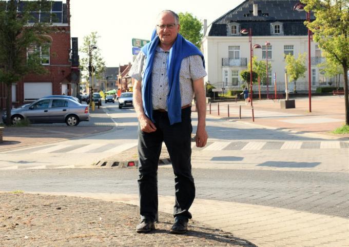 Burgemeester Dirk Sioen op de rotonde aan het begin van Langemarkstraat.© zenon bekaert beselare