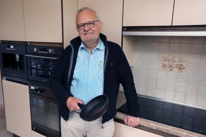 """Luc De Ridder onwennig in de keuken: """"Op het vlak van koken ben ik een grote nul. Een regelrechte sukkelaar.""""©Johan Sabbe"""