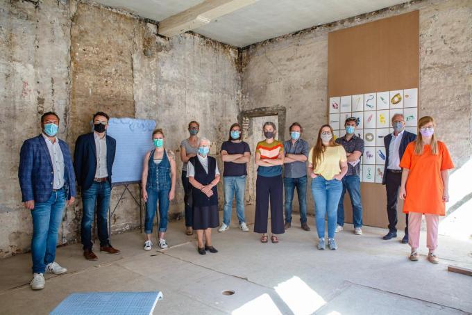 Deelnemers en initiatiefnemers van de expo Tweelink.© Davy Coghe
