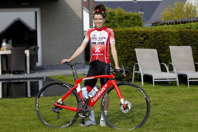 Lotte Popelier zet de fiets nog even aan de kant.© Gino Coghe