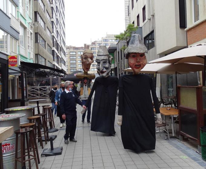 De Ensor-koppen toerden door de straten van Oostende.© FR