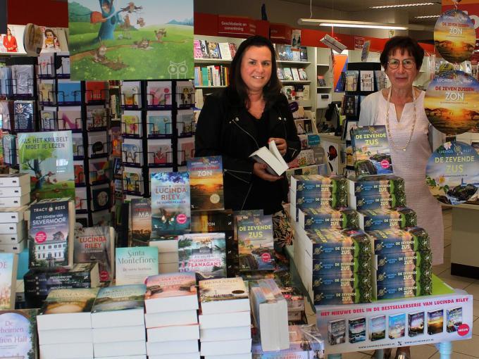 Annelies Vereecke en moeder Maria Vanelslander waren jarenlang het gezicht van de StrandaardBoekhandel in Wevelgem.©wilfried Ossieur