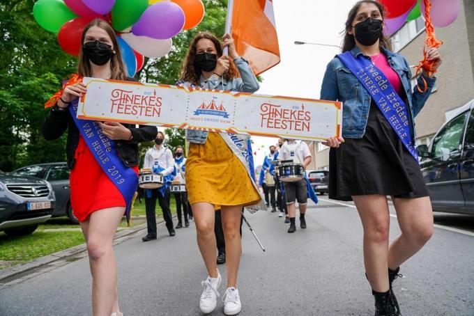 De werkgroep van de Tinekesfeesten maakte zaterdag van de aankondiging een waar spektakel.© foto KDS