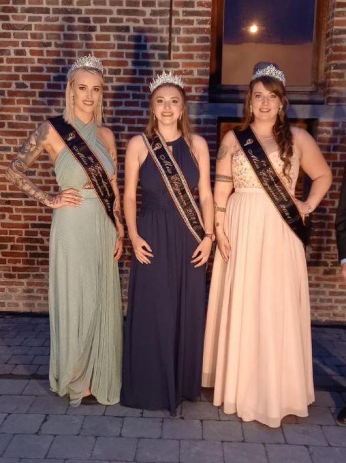 Nele Boey uit Oudenburg (rechts) werd eerste eredame en Joy Vanmellaerts (links) uit Meulebeke werd tweede eredame.© foto SBR