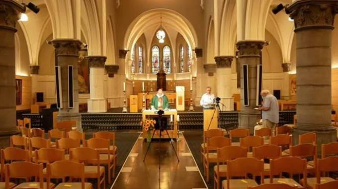 Pastoor Filiep Debruyne verzorgde zondagmorgen voor de laatste keer een online misviering.© foto BRU