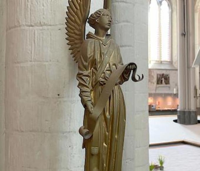 Een van de neogotische kandelaars.© Gidsen met een Hart