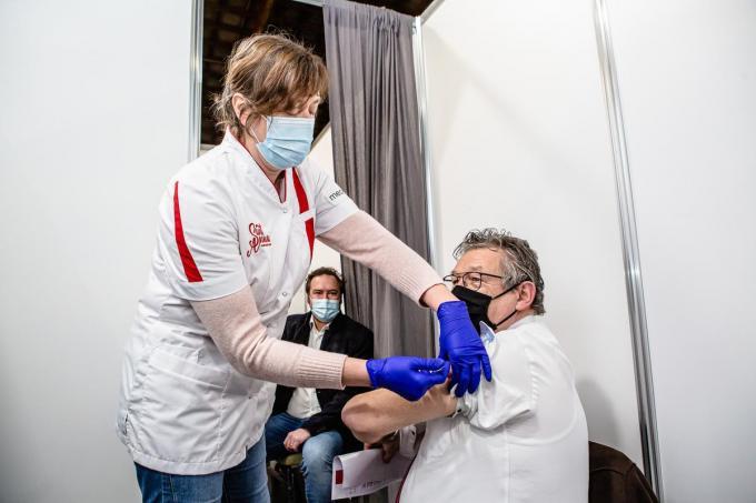 Burgemeester De fauw in het Brugs vaccinatiecentrum© Davy Coghe