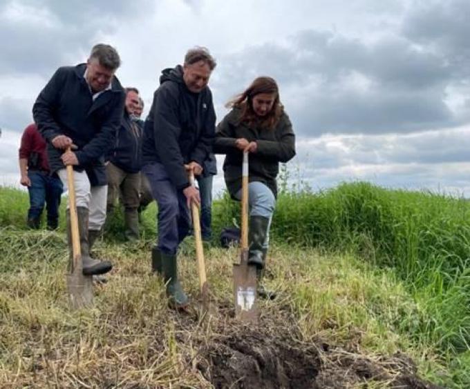 Wim Destoop, Bart Vangansbeke en Minister Demir steken de spade in de grond om de Blankaart te vernatten.© Elise Demaeght