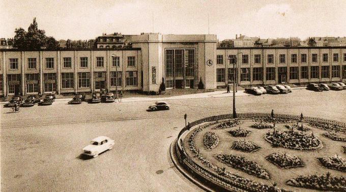 Het Kortrijkse stationsgebouw dateert uit 1956 en werd na de bombardementen tijdens de Tweede Wereldoorlog heropgebouwd.© Facebook Red Ons Station
