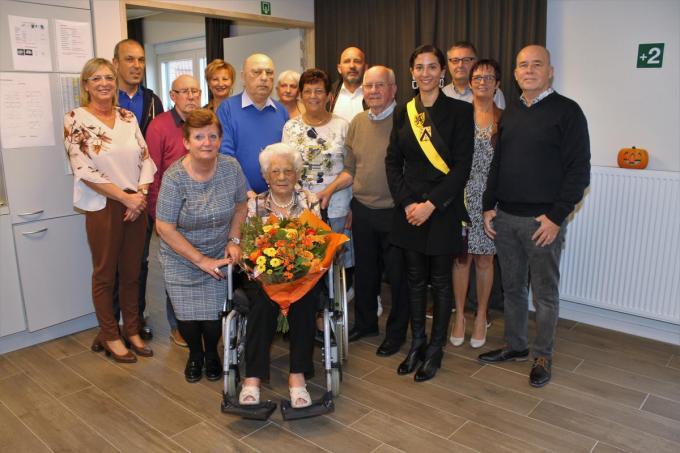 Angela werd voor haar 106de verjaardag nog omringd door haar familie. Vorig jaar gooide het coronavirus echter roet in het eten.© JRO