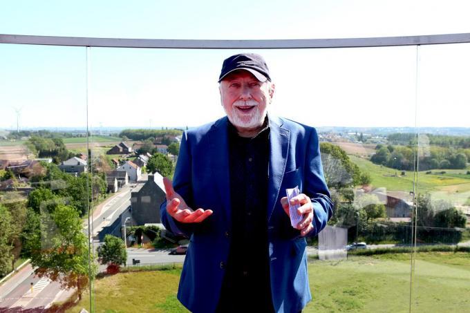 Urbanus tijdens zijn boekvoorstelling bovenop 't terras van de watertoren in Lembeek.© PADI/Daniël
