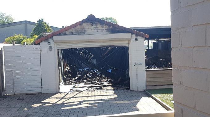 In de garages stonden al heel spullen, klaar voor de verhuis. Die gingen allemaal verloren in de brand.© BB