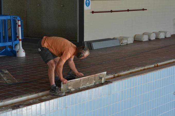 Arbeiders verwijderen de oude boordstenen om die te vervangen door nieuwe.© LB