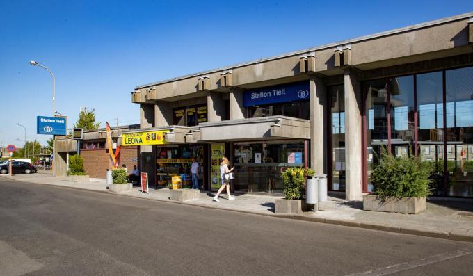 Het station in Tielt is één van de plaatsen waar het loket tegen eind 2021 definitief zal gesloten worden. Die beslissing viel bij het stadsbestuur niet in goeie aarde.©Kurt Desplenter BELGAIMAGE