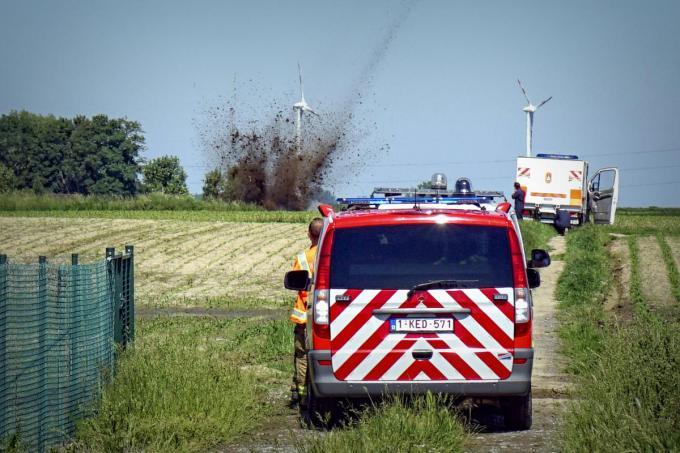 De bom werd gecontroleerd tot ontploffing gebracht in de velden net buiten het Gemeenhof.© CLL