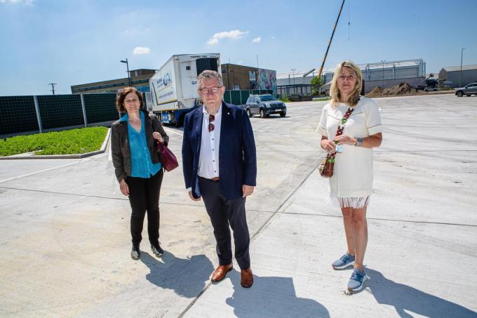 Waarnemend ingenieur Marijke Vrielinck, burgemeester Dirk De fauw en schepen Mercedes Van Volcem bij de officiële opening van de nieuwe vrachtwagenparking aan de Lodewijk Coiseaukaai.© Davy Coghe