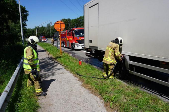Toegesnelde brandweerlieden zorgden voor extra verkoeling rond de wielen van de vrachtwagen.© CLL