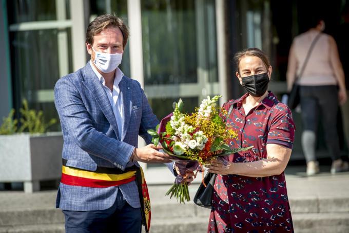 Kristel Vanmolecot kreeg bloemen van burgemeester Vanderjeugd.© JOKE COUVREUR