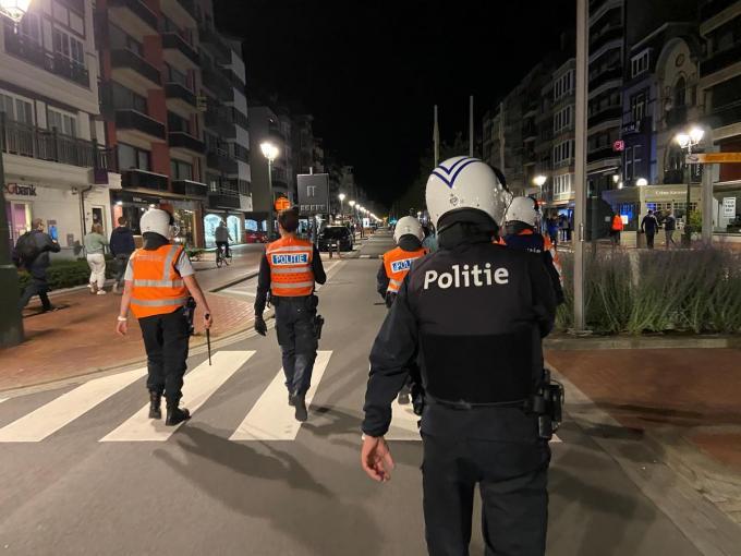 Knokke-Heist is beter voorbereid op eventuele problemen met Nederlandse tieners, zo zullen de politieagenten bodycams dragen.© MM