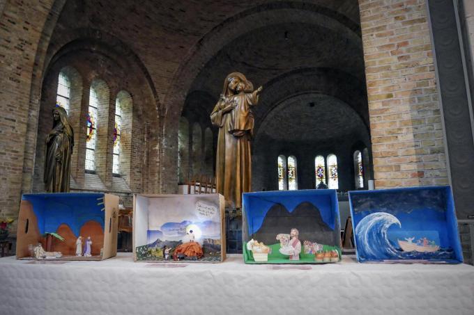 46 diorama's, door 46 kinderen in elkaar geknutseld werden in de Leiekathedraal van Komen-Waasten opgesteld.© CLL