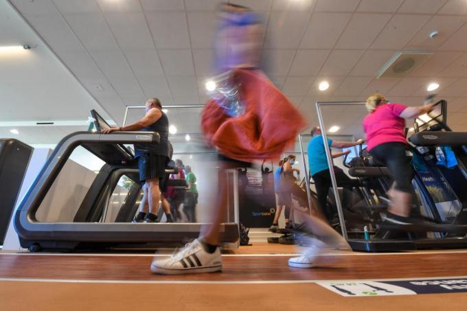 Fitnessfanaten hebben hier héél lang op gewacht: vanaf 9 juni mogen zij zich terug naar hartenlust sportief uitleven.©LUC CLAESSEN BELGA