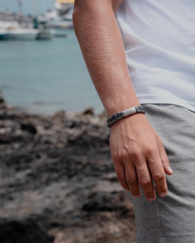 Stoer en casual: armband van touw en metaal (39,90 euro), van Aze.© Aze