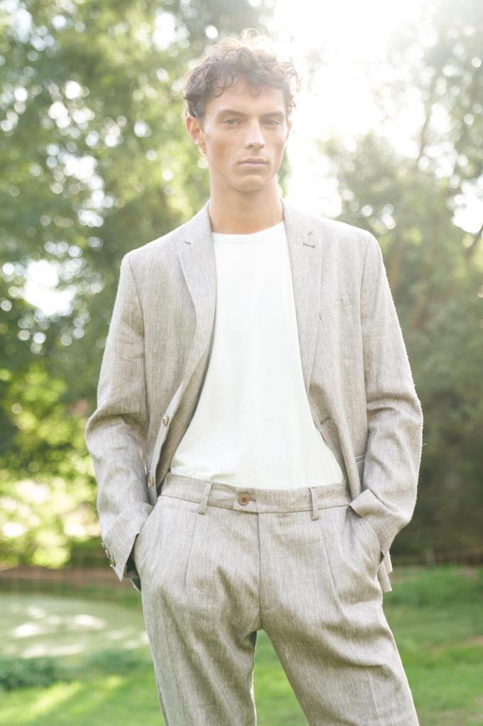 Tijdloos linnen pak (blazer 259,95 euro, broek 119,95 euro), van Drykorn.© Drykorn