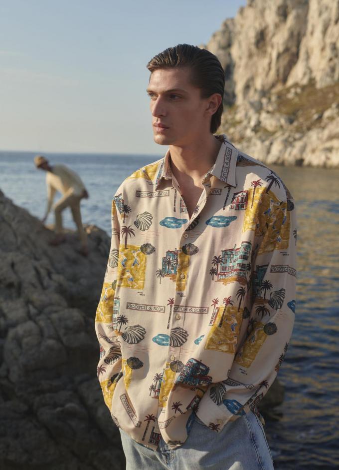 Hemd bedrukt met zonnige reisbestemmingen (129,95 euro), van Scotch&Soda.© Scotch&Soda
