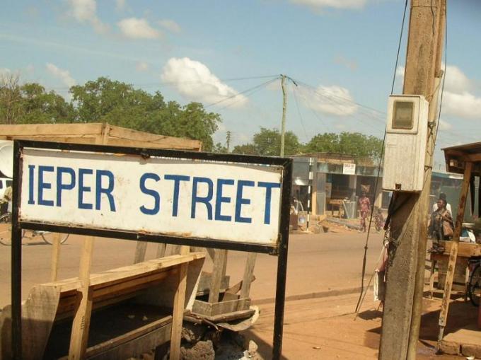 De hoofdstraat in de Ghanese stad werd er naar Ieper genoemd. (Foto Vera Lannoo)