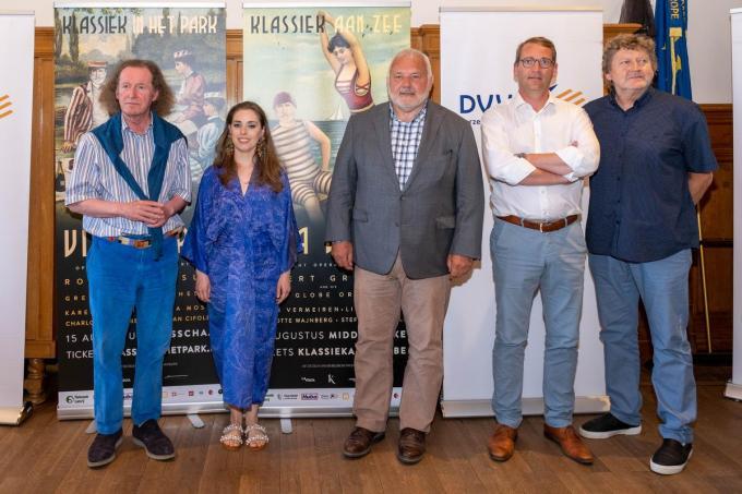 Maestro Robert Groslot, Lisa Mostin, burgemeester Jean-Marie Dedecker, schepen Tom Dedecker en Carl Huybrechts.© (Foto LC)